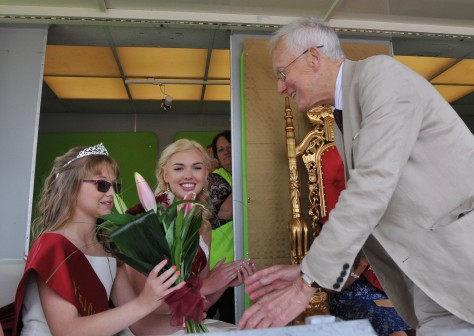 2015 Princess Alexandra Pearce receives her bouquet from Mr David Winnick MP