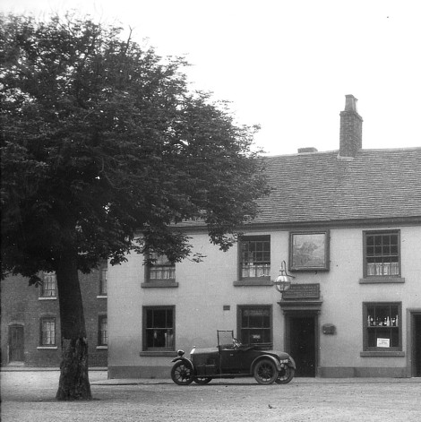 Thw legendary Bloxwich Wishing Tree (left) oustide the old Bull's Head, 10 June 1927 (pic by Billy Meikle)